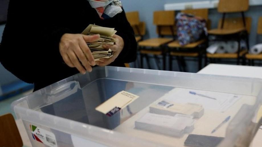 El recuento de votos en las escuelas chilenas. Foto: gentileza ABC.-