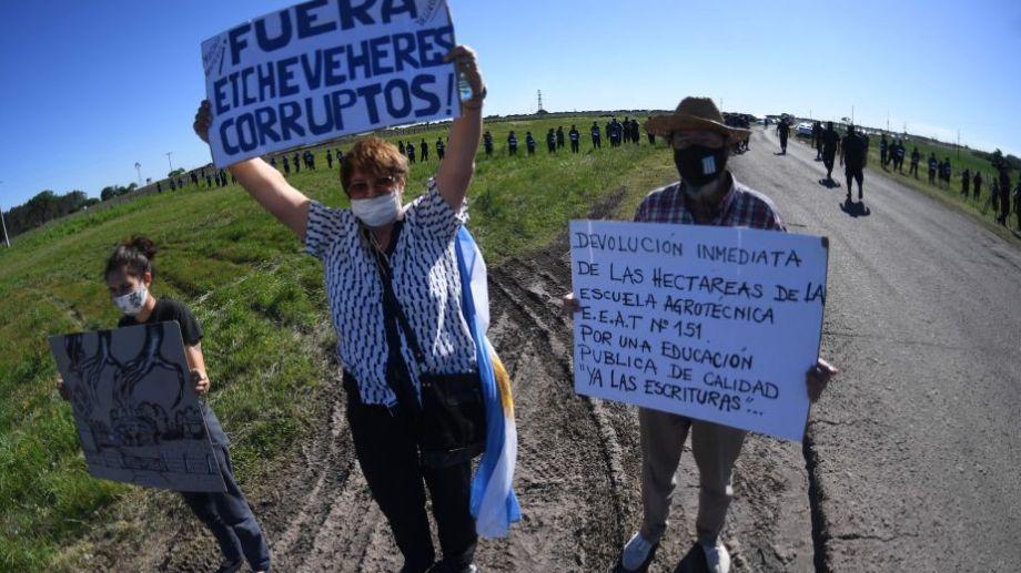 Militantes de organizaciones sociales y gremiales brindaron hoy su apoyo a Dolores Etchevehere. Foto: Fernando Gens para Télam.-