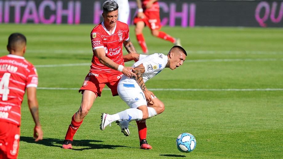 Ricki Centurión domina el balón para Vélez, que fue más que el Globo pero no pudo vencerlo. (Foto/Télam)