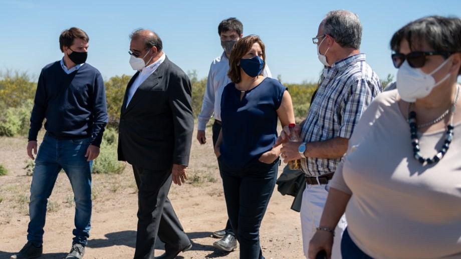 La mandataria junto a directivos de la empresa NRG, la intendenta de Allen y el ministro Buteler, durante la recorrida por el Parque Industrial Norte.