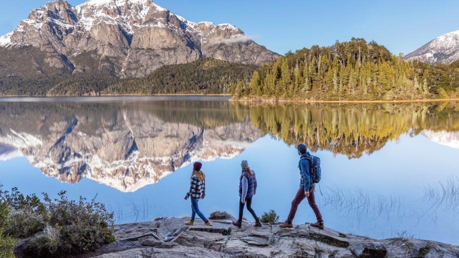 Caminatas entre lagos y montañas, una de las maravillas de la cordillera.
