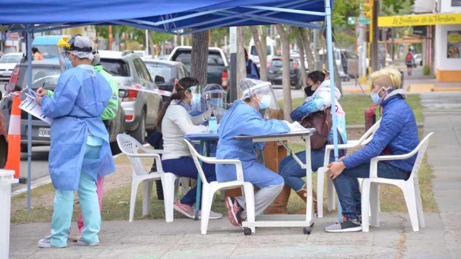 AG.NQN  21.10.20  FOTO YAMIL REGULES NOTA PLOTTIER GENTE ESPERA EN EL DETECTAR