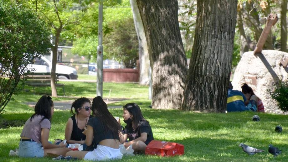 Desde mañana quedan prohibidas las reuniones en los espacios públicos. (FOTO: Yamil Regules)