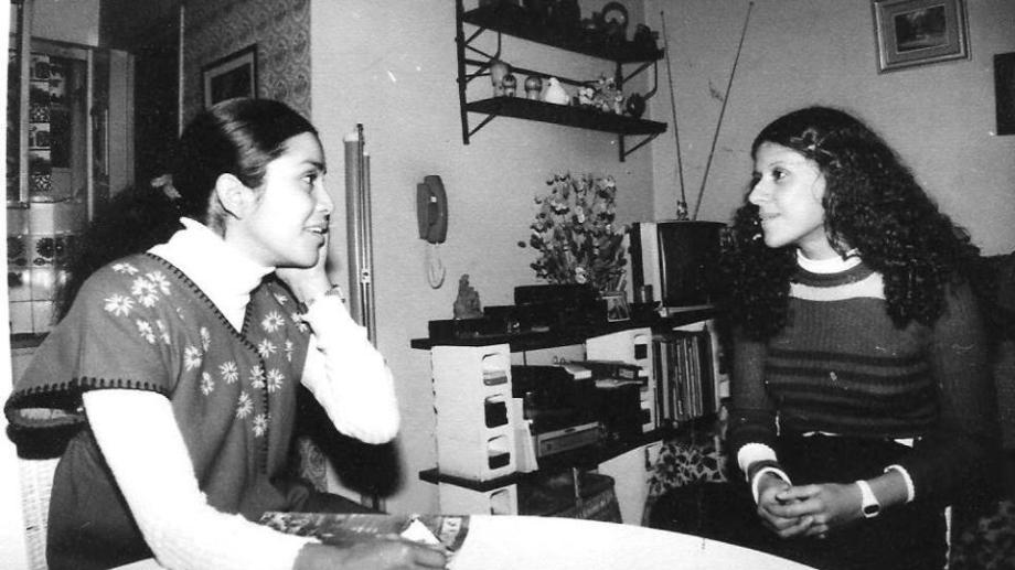 """Aimé Painé con la autora del libro, que en esa época trabajaba en """"Expreso imaginario"""". Foto: gentileza"""
