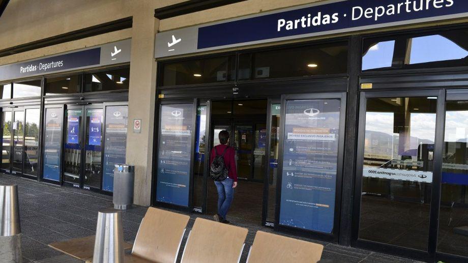 El aeropuerto de Bariloche recibirá hoy a unos 150 pasajeros que llegan en el primer vuelo de Aerolíneas Argentinas. Foto: A. Leiva