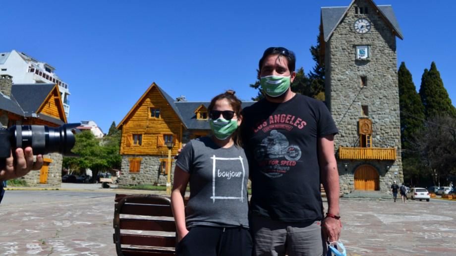 Los primeros turistas de la experiencia piloto posaron este viernes para la clásica foto en el Centro Cívico de Bariloche. (Foto Alfredo Leiva)