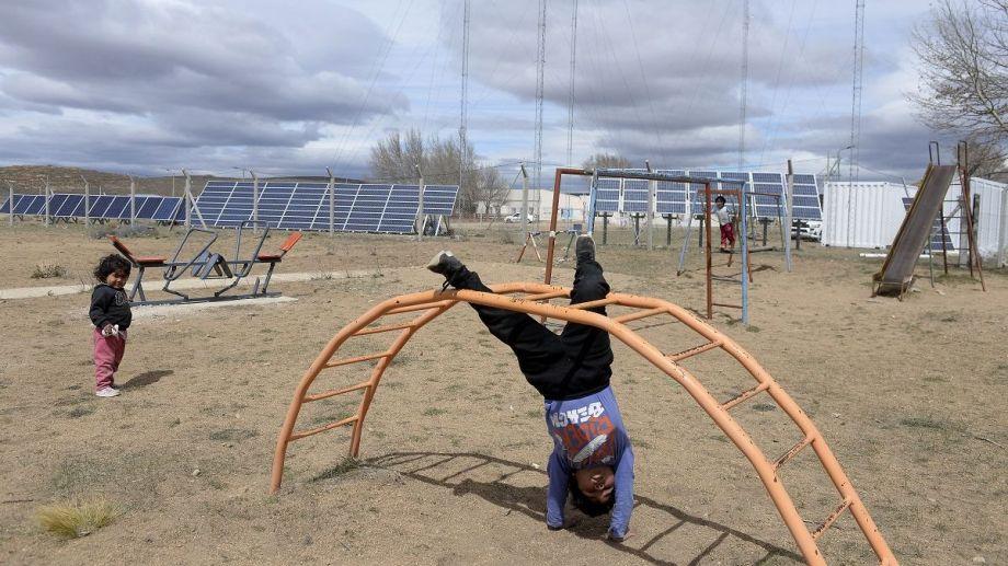 Niños juegan a pocos metros del nuevo parque de energía solar del paraje Laguna Blanca, en Río Negro. Foto: Alfredo Leiva