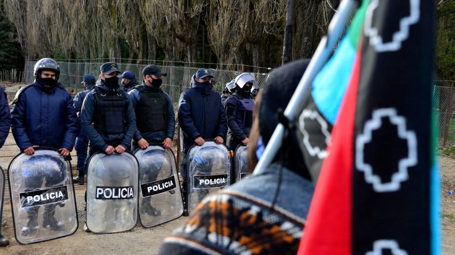 Semanas atrás unos 100 policías fueron desplegados para el desalojo de una comunidad mapuche en El Foyel aunque finalmente se negoció el retiro. Archivo