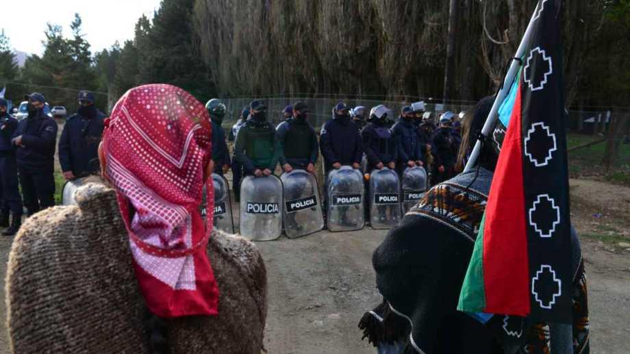 Fuerte despliegue de la Policía de Río Negro en El Foyel. Finalmente el desalojo fue pacífico. Foto: Alfredo Leiva
