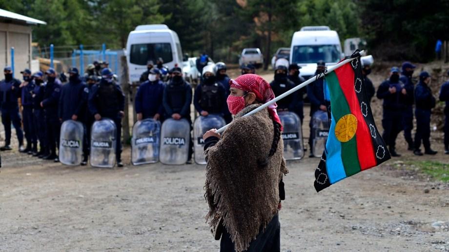 Una mujer mapuche frente al cordón policial antes del desalojo de El Foyel. Foto: Alfredo Leiva