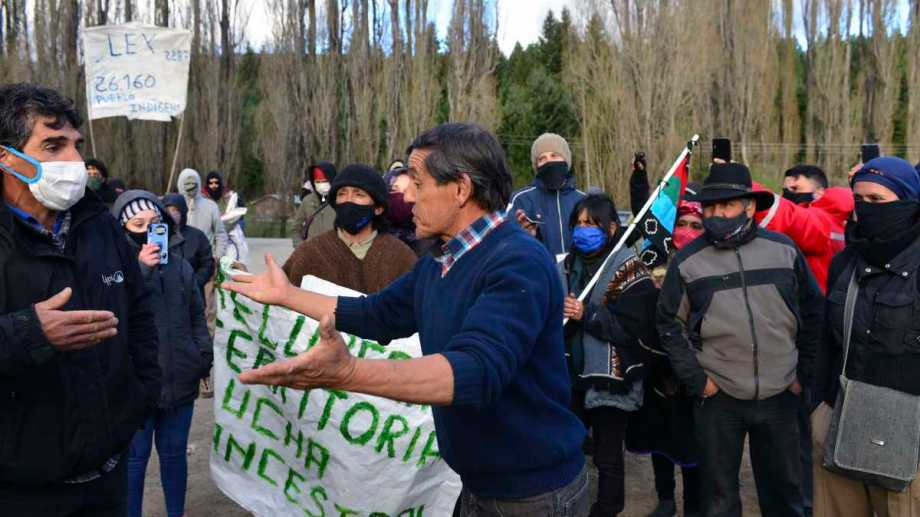 Momentos de tensión se vivieron ayer en la desactivación de la toma de El Foyel. Foto: Alfredo Leiva