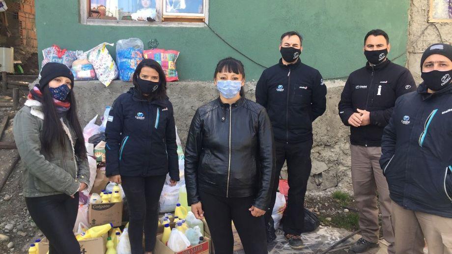 Personal de Catedral Alta Patagoni entregó las donaciones de los esquiadores a comedores de Bariloche. Foto: Gentileza
