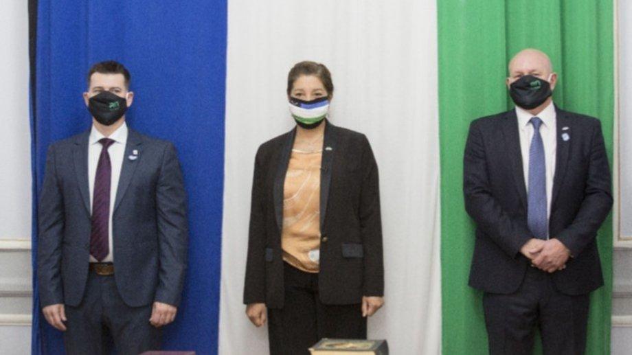 Juan José Deco y Daniel Sanguinetti junto a la gobernadora Arabela Carreras. Foto: gentileza.