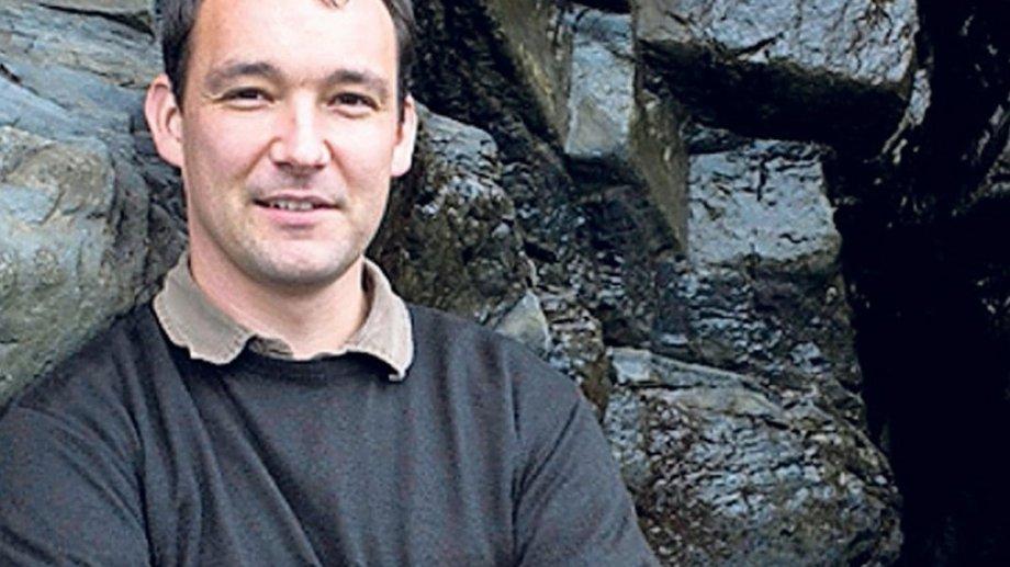 Cynan Jones vive con su familia en una granja de la campiña galesa.