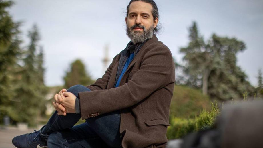 Tratado, glosario o experimentación del lenguaje, el nuevo libro del escritor argentino radicado en España, despliega un universo de texturas, formas, pliegues, colores y aromas.