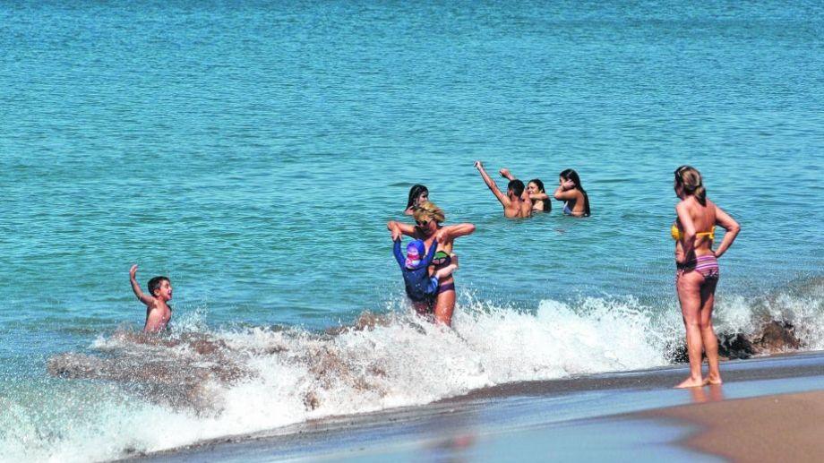 En grupos familiares, y distanciados de los ajenos, las playas de SAO y Las Grutas cobraron vida. Foto: Martín Brunella.-