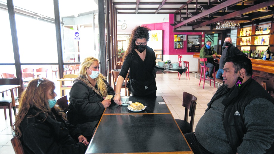 El uso del barbijo mientras no se está bebiendo o comiendo es exigible tanto por parte del local como de otro cliente. Su uso es obligatorio para ir a los sanitarios. Foto: Juan Thomes