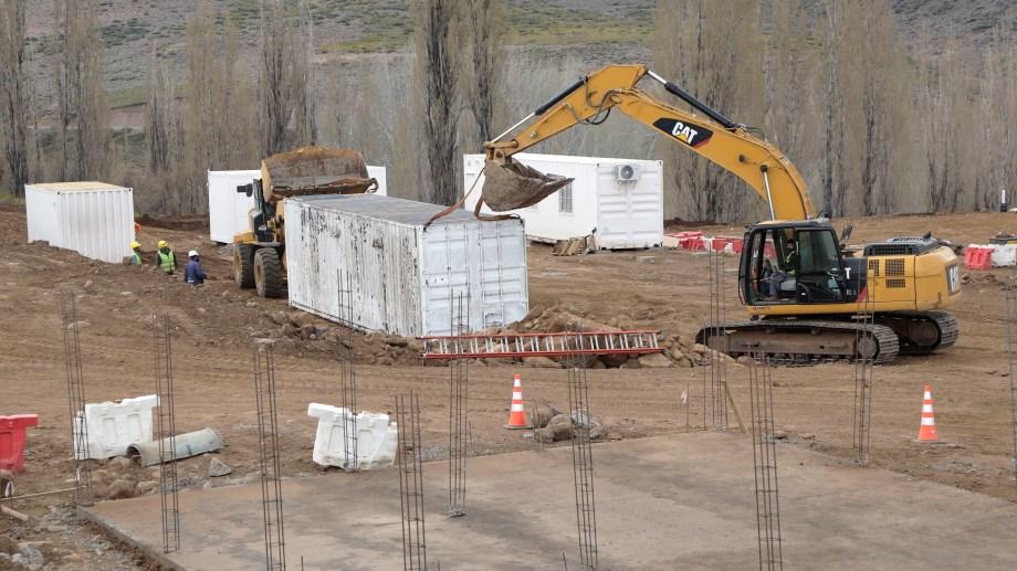 Las empresas adjudicatarias comenzaron con la construcción del obrador, oficinas y los depósitos de la central. (Foto: gentileza)