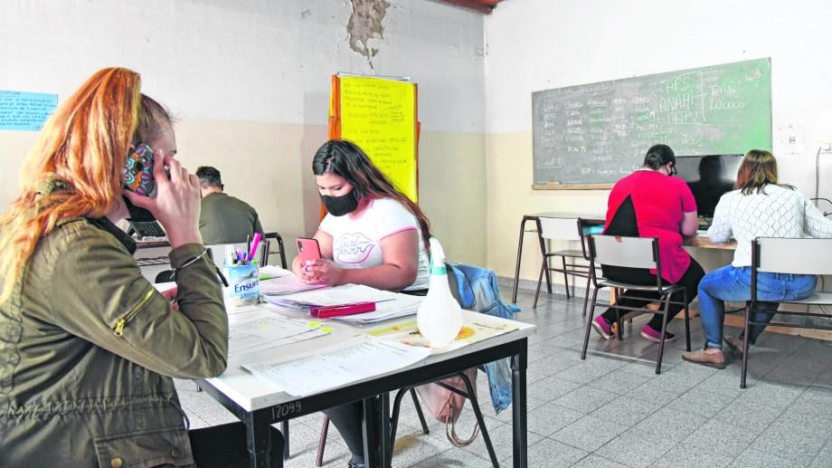 Voluntarios. Muchos estudiantes de Medicina están trabajando en el área de Epidemiología del hospital. Foto: Florencia Salto