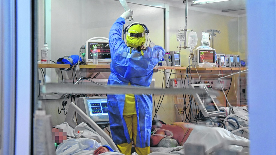 En el quinto piso se encuentran las personas con cuadros  graves de coronavirus que requieren asistencia respiratoria mecánica. Foto Florencia Salto.