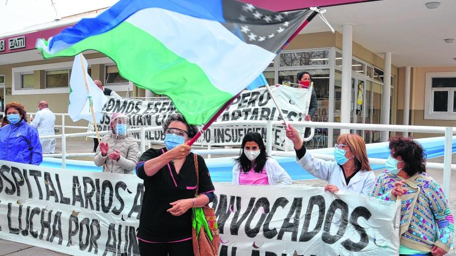 Luego de la asamblea en las veredas del Zatti, los trabajadores viedmenses marcharon e insistieron en el pedido de una suba del 50%. (Foto: Marcelo Ochoa)