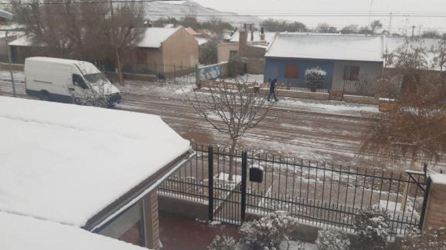 En Jacobacci la nieve acumulada alcanzó los 3 centímetros.  (foto: José Mellado)