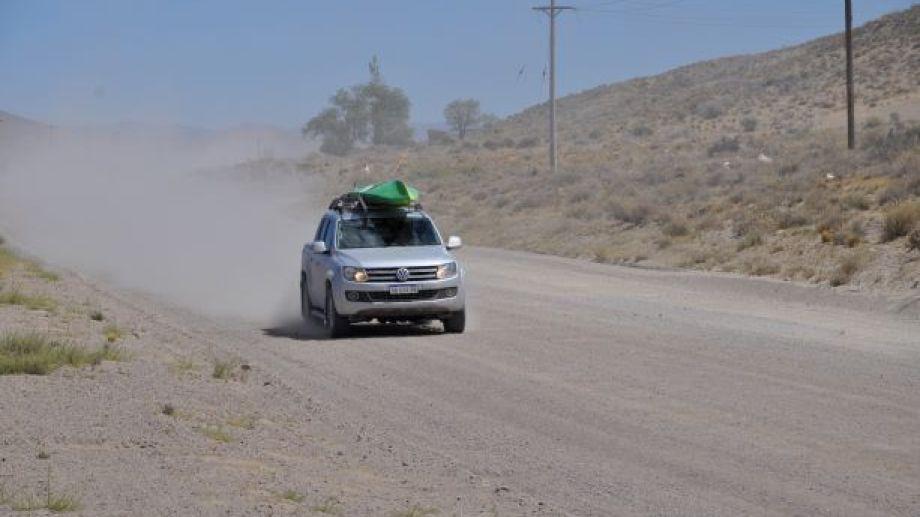 En esta época, en tránsito en el ripio -entre Jacobacci y Dina Huapi- genera polvo en suspensión. Se recomienda circular a baja velocidad. Foto: José Mellado.