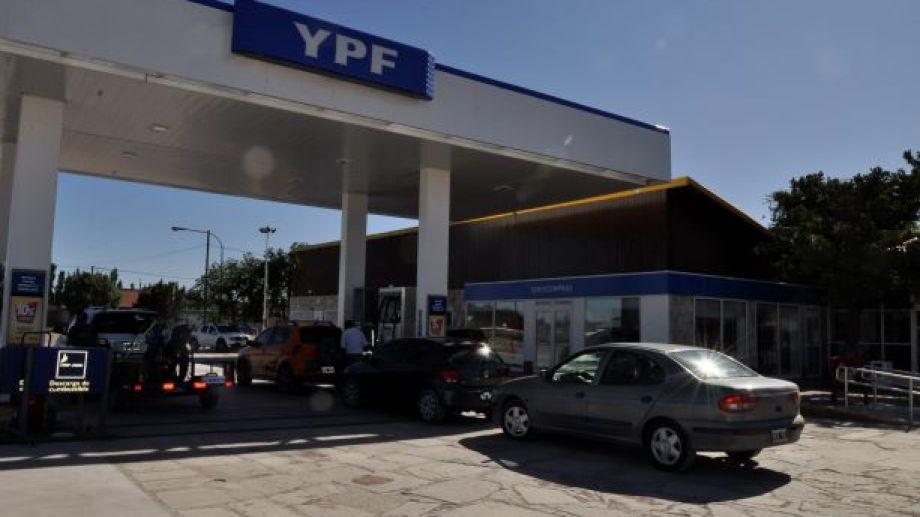 En Los Menucos, Maquinchao y Jacobacci, los turistas pueden cargar combustible. Foto: José Mellado.