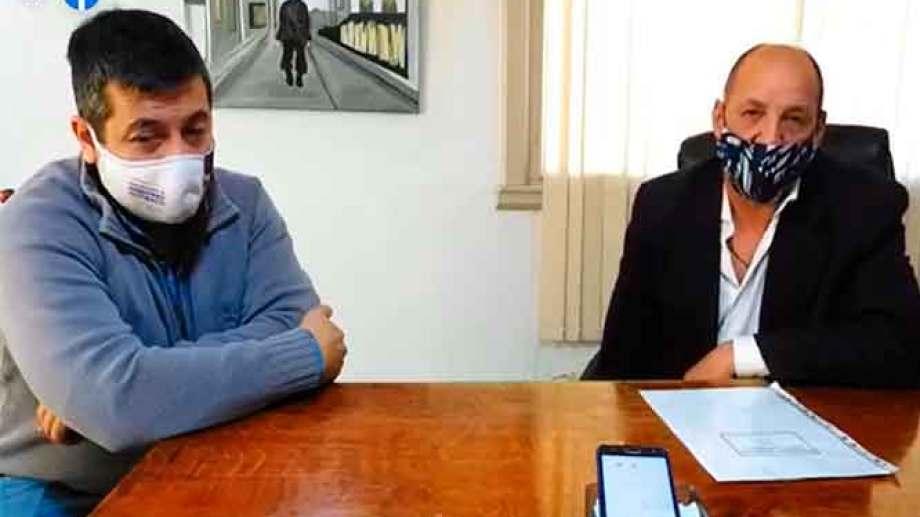 """El intendente Carlos Toro, junto al Secretario de Gobierno, Gonzalo Adaime, lanzaron ayer el programa """"Jacobacci cuida a Jacobacci"""". Foto: José Mellado."""