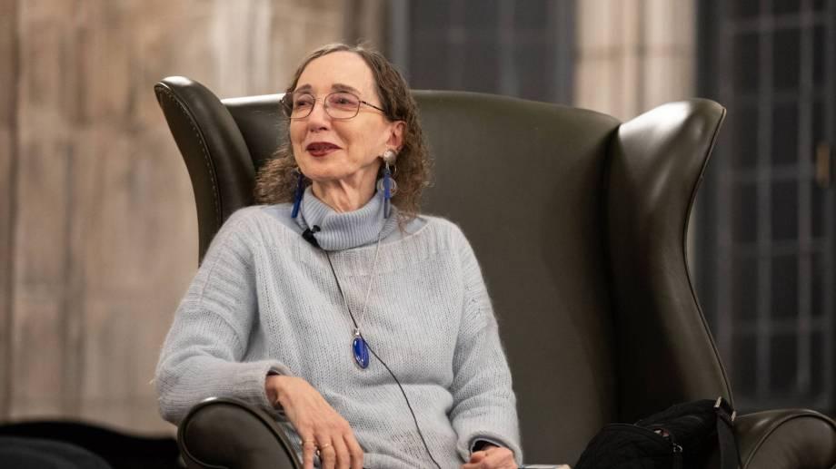 Nacida el 13 de junio de 1938 en una granja al norte del Estado de Nueva York, como su madre, Joyce Carol Oates también estudió en una escuela con una única aula y gracias a una beca llegó a la Universidad de Syracuse, donde tras graduarse con honores.