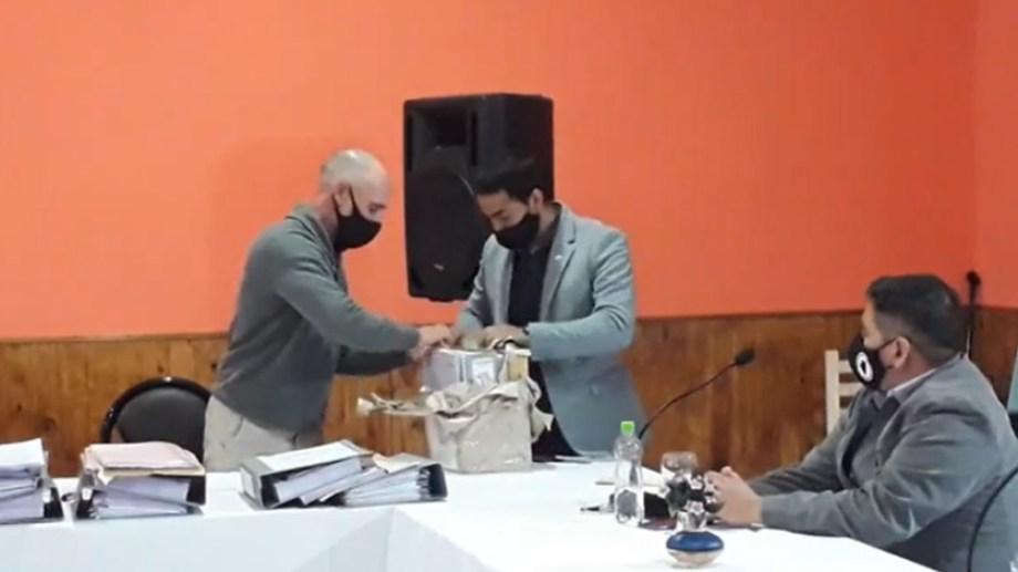 El legislador Darío Ibáñez, abrió uno de los sobres.