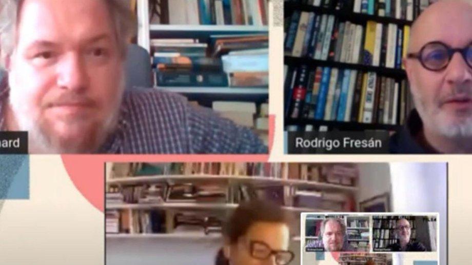 Enard y Fresán, junto a la moderado de la charla, la crítica y traductora Flavia Pittella.