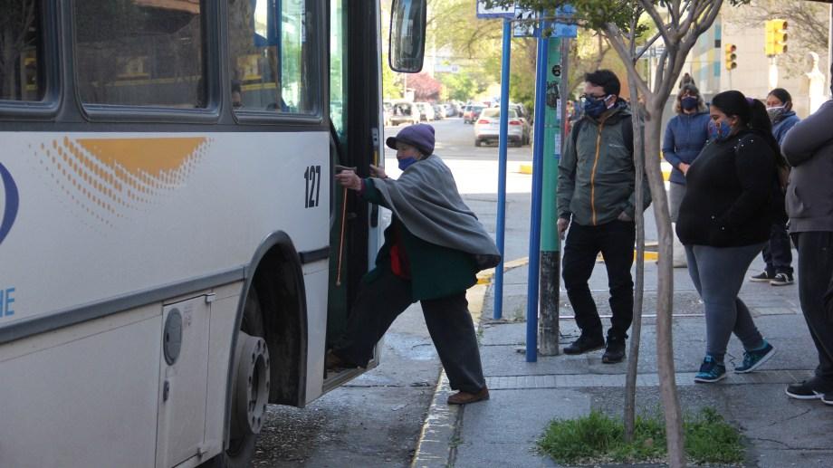El uso de colectivos en la capital sigue reservado para personal esencial. Foto: Oscar Livera.