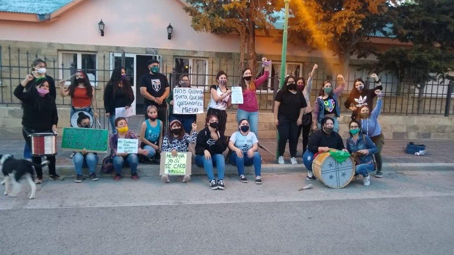 El grupo de mujeres que impulsó la iniciativa, celebró en las puertas del CD la sanción de la Ordenanza 237/20. Foto: gentileza.