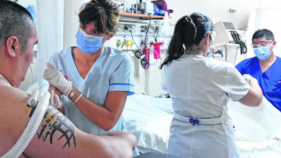 Los kinesiólogos y los enfermeros son los que más interactúan con los pacientes.  (fotos: Florencia Salto)