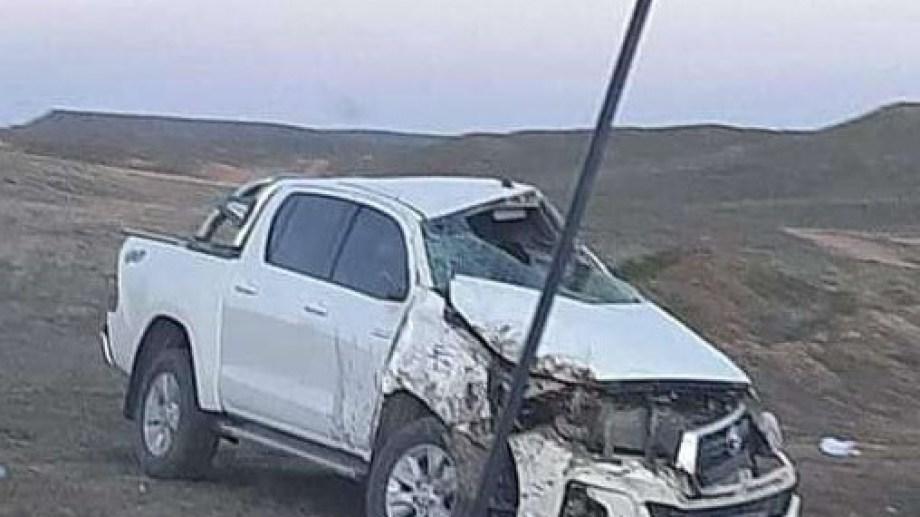 La Toyota Hilux quedó destruida en una de las banquinas. Foto: gentileza.