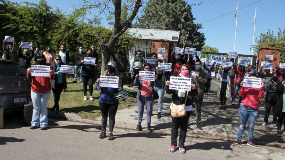 Los manifestantes estatales protestaron frente a los portones de la Residencia Oficial en Neuquén capital. Foto: Oscar Livera.