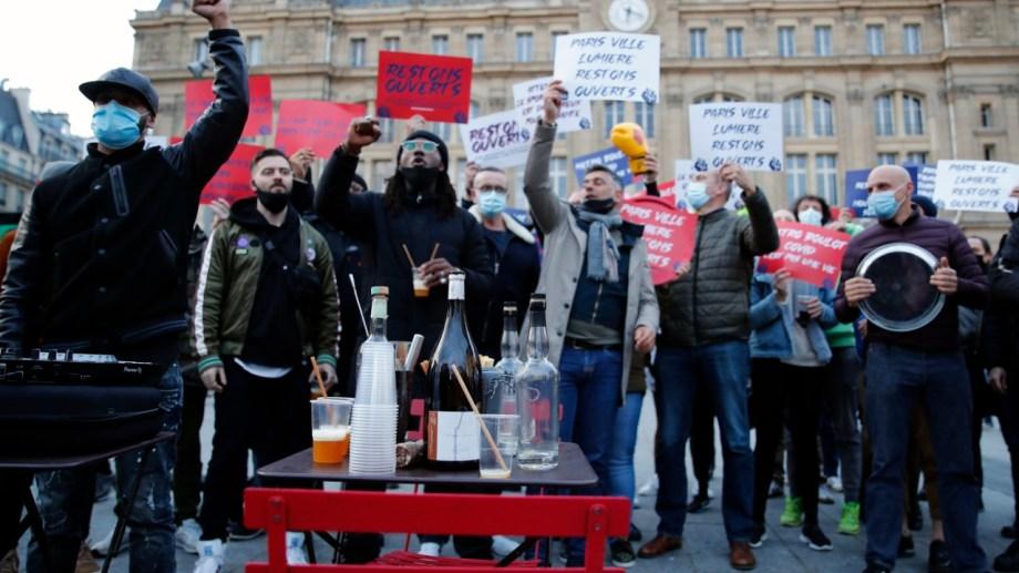 Propietarios de bares protestaron en París por el cierre de sus negocios.