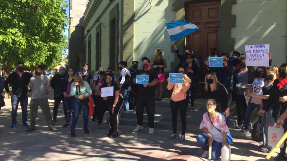 """Los """"Comerciantes Unidos de Neuquén"""" volvieron a protestar en la Casa de Gobierno y el Municipio. (Gentileza).-"""