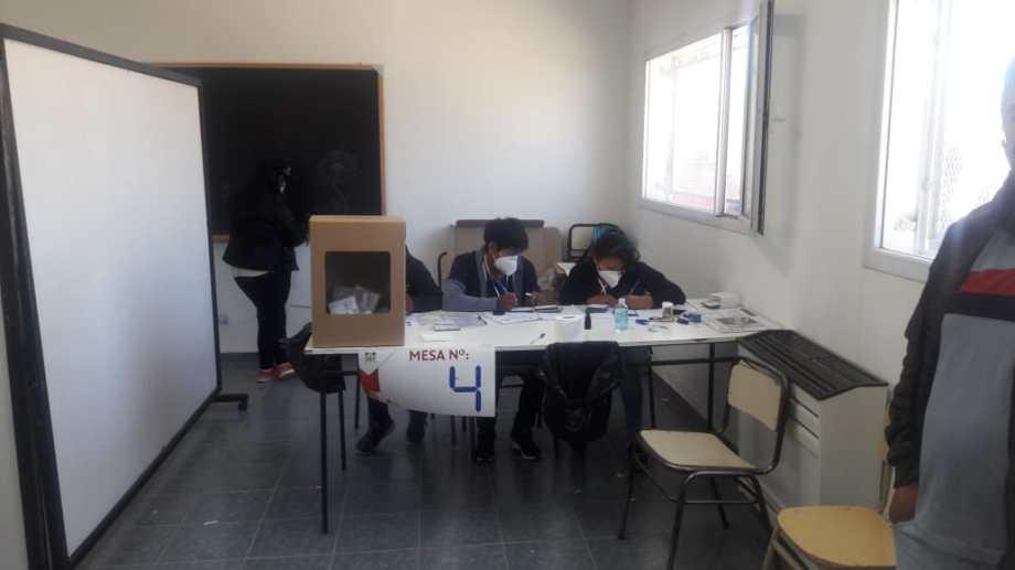 Las urnas estarán abiertas hasta las 17 en el Centro Integrador Comunitario de Centenario. Foto: gentileza.