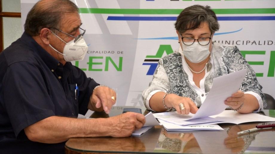 La intendenta Martín y un representante de la firma NRG Argentina SA firmaron el acuerdo para el desarrollo de la planta de procesamiento de arena.