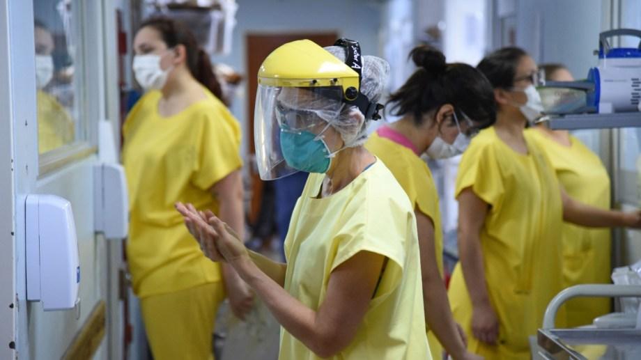 Personal sanitario en las unidades Covid. El principal lugar está en el hospital Castro Rendón. (foto Florencia Salto)