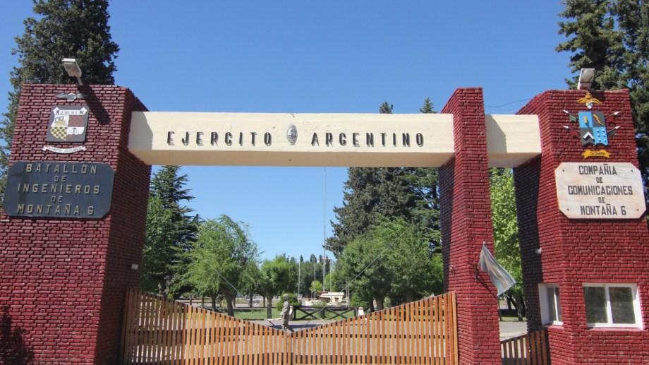 Las puertas del Batallón Ingenieros de Montaña 6 de Neuquén permanecieron con custodio como suele ocurrir regularmente. Foto: Oscar Livera.