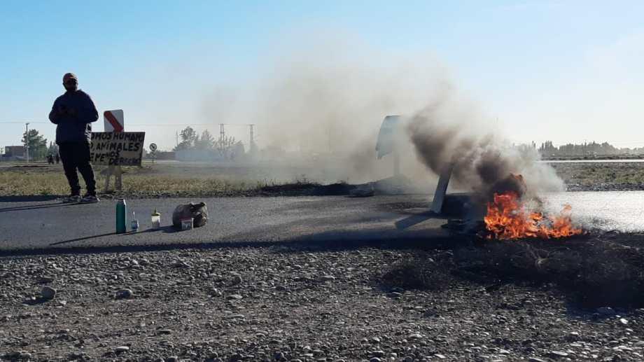 Miembros de las tomas de Casimiro Gómez cortaron la Autovía Norte en reclamo de servicios básicos. (Foto: Gentileza).