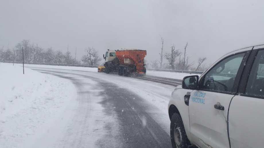 Equipos viales trabajan en el despeje de la nieve de los pasos fronterizos neuquinos.  Gentileza Vialidad Nacional