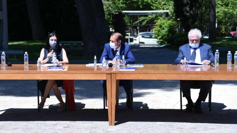 Luego de recorrer el puesto del plan Detectar, el ministro dio una conferencia junto a Peve y Gutiérrez. (Florencia Salto).-