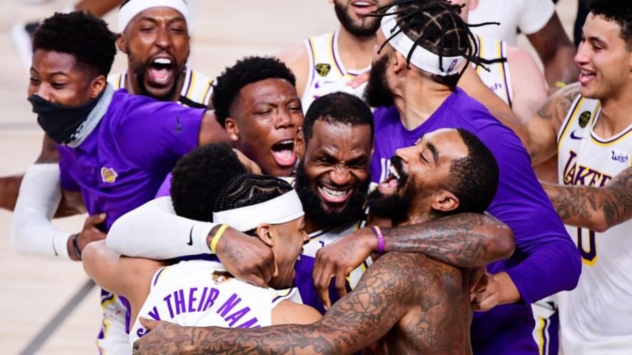 LeBron James llevó a los Lakers al título y sus compañeros lo abrazaron en el festejo.