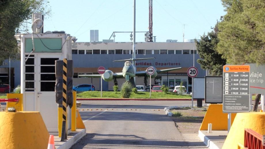 Trabajadores del aeropuerto de Neuquén solicitaron que se les garantice su continuidad laboral. (Foto: Oscar Livera)