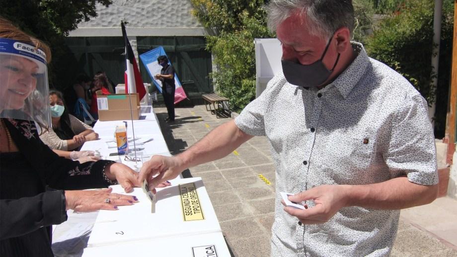 Cada votante se higienizaba sus manos con alcohol en gel al ingresar a votar  en Neuquén, para el plebiscito de Chile.  Foto: Oscar Livera
