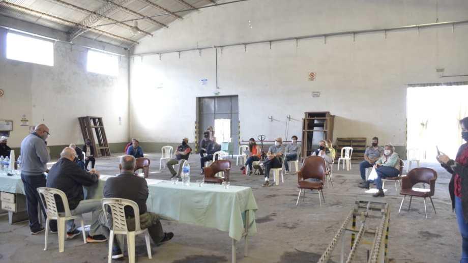 La asamblea de socios de La Reginense se realizó dentro del galpón de empaque. (Foto Néstor Salas)